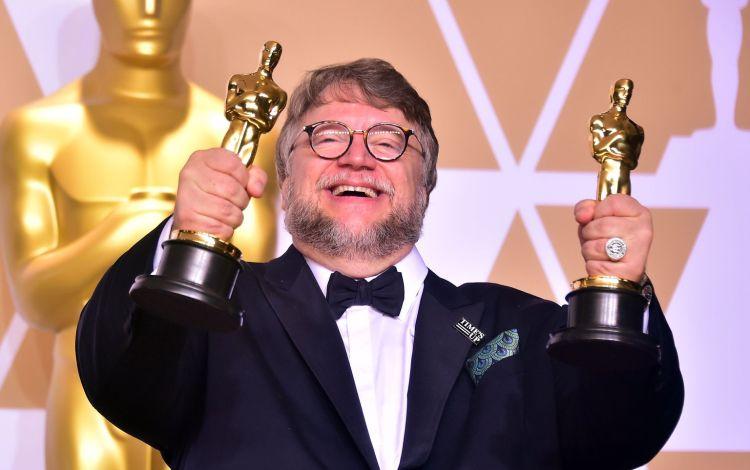 Guillermo Del Toro met zijn Oscars voor The Shape of Water