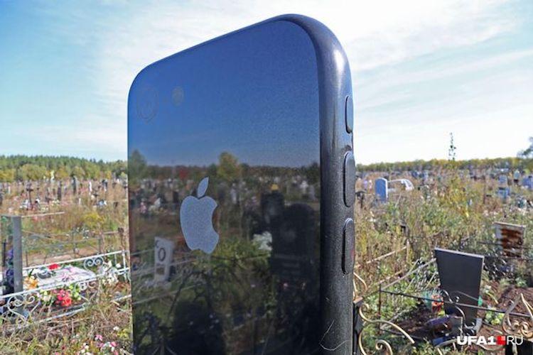 Vrouw heeft iPhone-grafsteen van 1.5 meter hoog