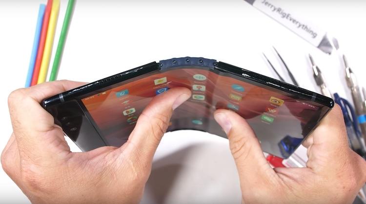 Wat als je een buigbare smartphone te ver buigt?