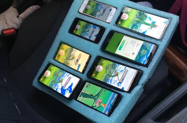 Automobilist speelt op 8 smartphones Pokémon Go